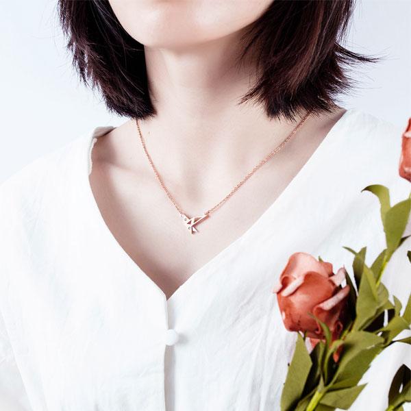 Elbűvölő és nőies acél nyakláncok a modern stílus jegyében